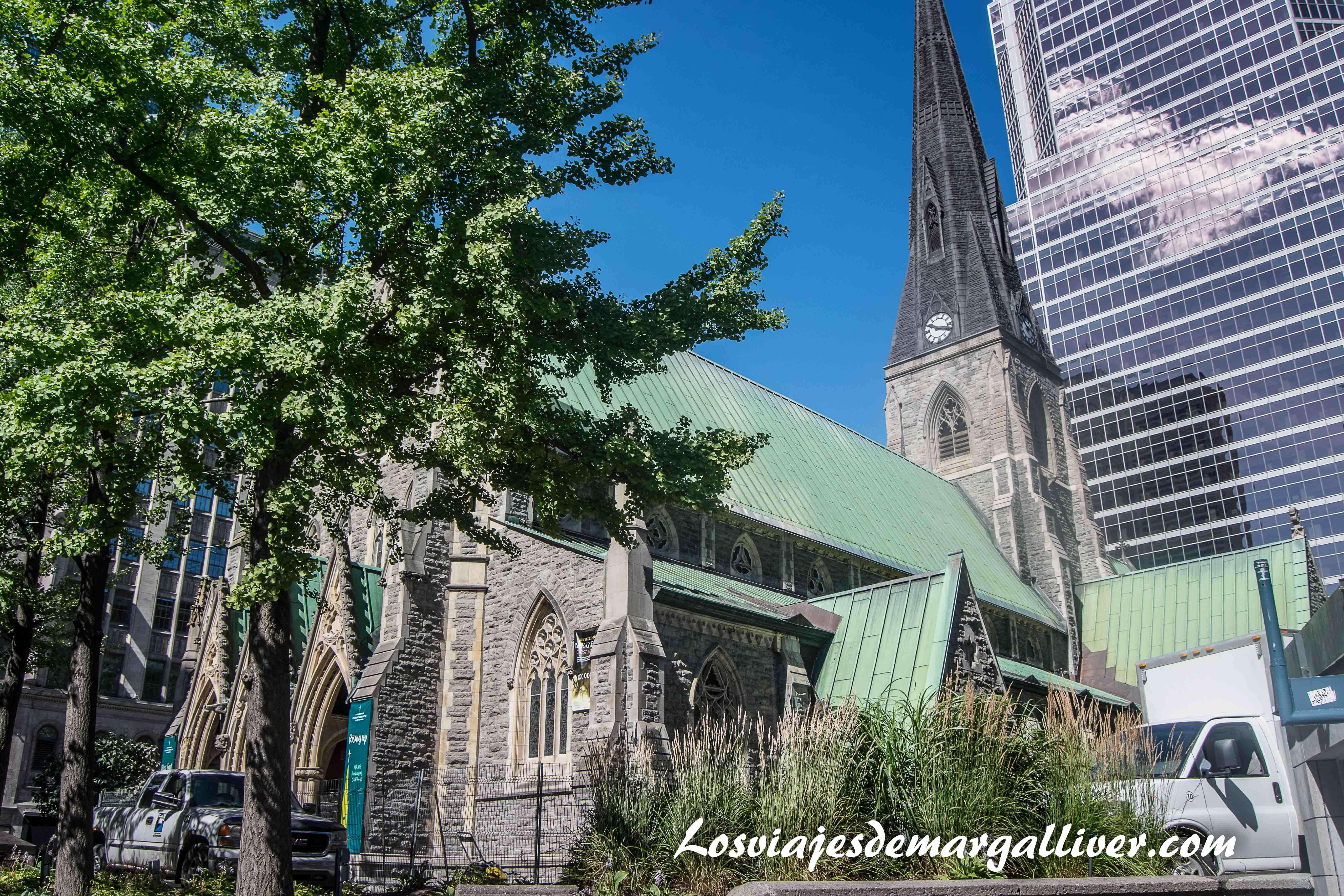 Contraste entre la iglesia anglicana y justo detras un rascacielos,10 cosas que hacer en Montreal - Los viajes de Margalliver